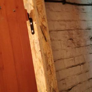 Montaż ścianki z drzwiami piwnica
